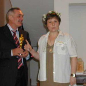 Olga Barda, Izrael, uručuje nagradu Oscar Vladimiru Megreu